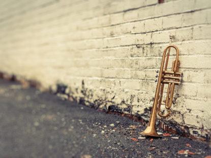 Jazztrompete-vor-Ziegelwand