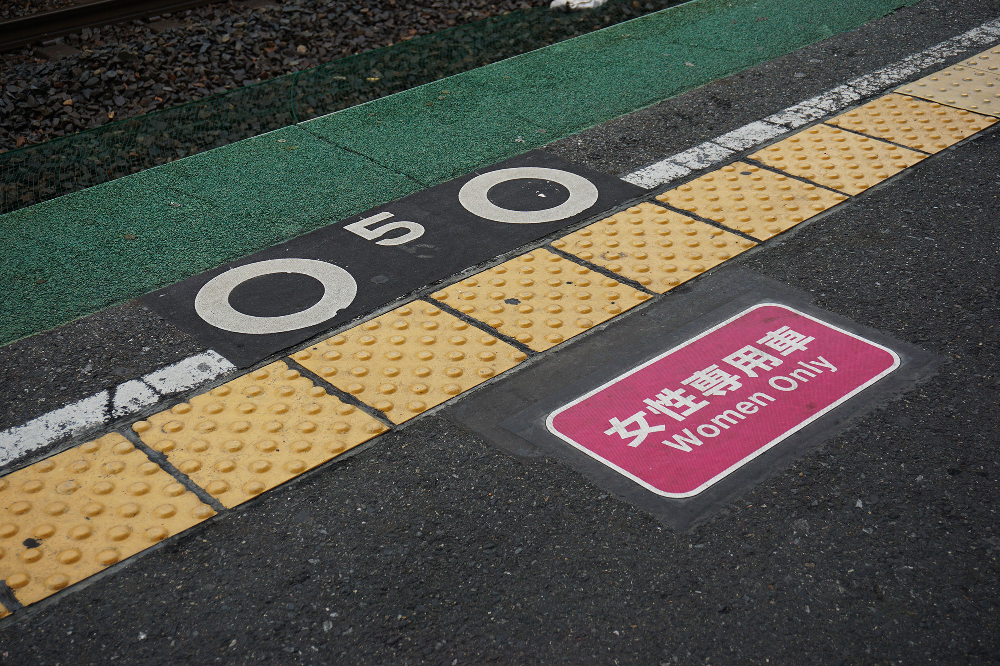Fraueneinstieg am Bahnhof