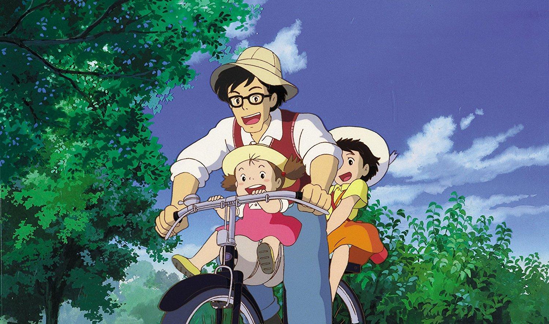 Mei, Satsuki und ihr Vater sind auf einem Fahrrad unterwegs