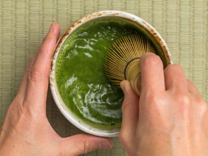 Matcha-Tee wird zubereitet